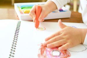 お絵描きする幼児